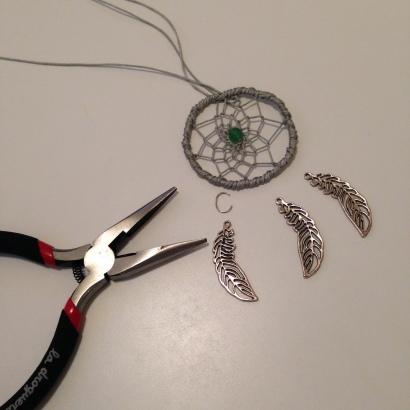tuto un collier attrape r ve le blog de caro tricote. Black Bedroom Furniture Sets. Home Design Ideas
